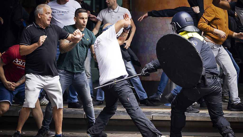Behörden: Hooligans für Unruhen in Den Haag verantwortlich
