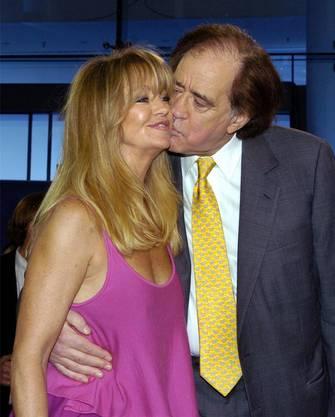 Die Gesellschaft schöner Damen geniesst Cohn - und zwar immer. Hier herzt und küsst er Filmstar Goldie Hawn.