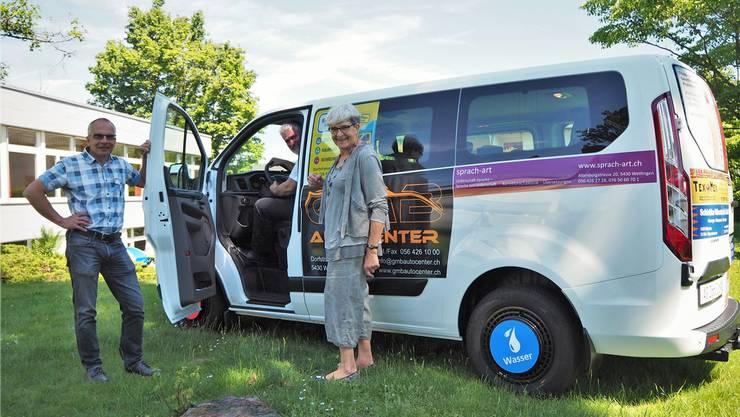 Die Pfarrer Stefan Burkhard und Lutz Fischer-Lamprecht (im Bus) mit Margrit Wahrstätter, Präsidentin der Kirchenpflege, freuen sich über den neuen Kirchenbus. ces