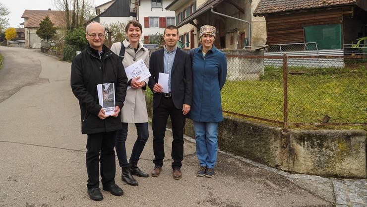 Das neue Denkmalpflege-Team im Dorfkern von Arboldswil: Zwischen Chefin Brigitte Frei (rechts) und ihrem Stellvertreter Walter Niederberger (links) stehen die Ortsbildpfleger Constanze Domhardt und Philippe Allemann.
