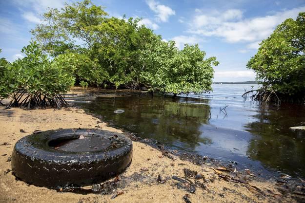 Der schwarz glänzende Ölteppich in an der Südostküste von Mauritius.