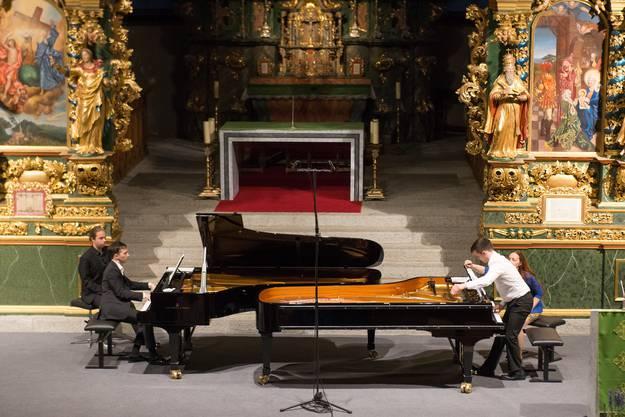 Klavierduo-Spektakel (Sergey Tanin/Aleksandr Shaikin) in Ernen: Varvara Nepomnyashchaya, die bejubelte Solistin des Vorabends, ist sich nicht zu schade, als Seitenblätterin zu agieren.