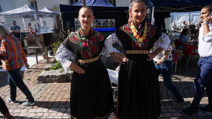 Bald werden Lara Cvitkusic (links) und Chiara Jukic auf der Bühne kroatischen Volkstanz zeigen