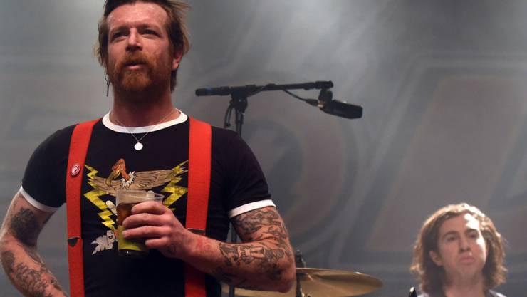 """Sänger Jesse Hughes (l) der US-Rockband """"Eagles Of Death Metal"""" hat die Sicherheitsleute des Bataclan beschuldigt, in die Anschläge verwickelt gewesen zu sein. Das hat er jetzt als haltlos zurückgenommen ."""