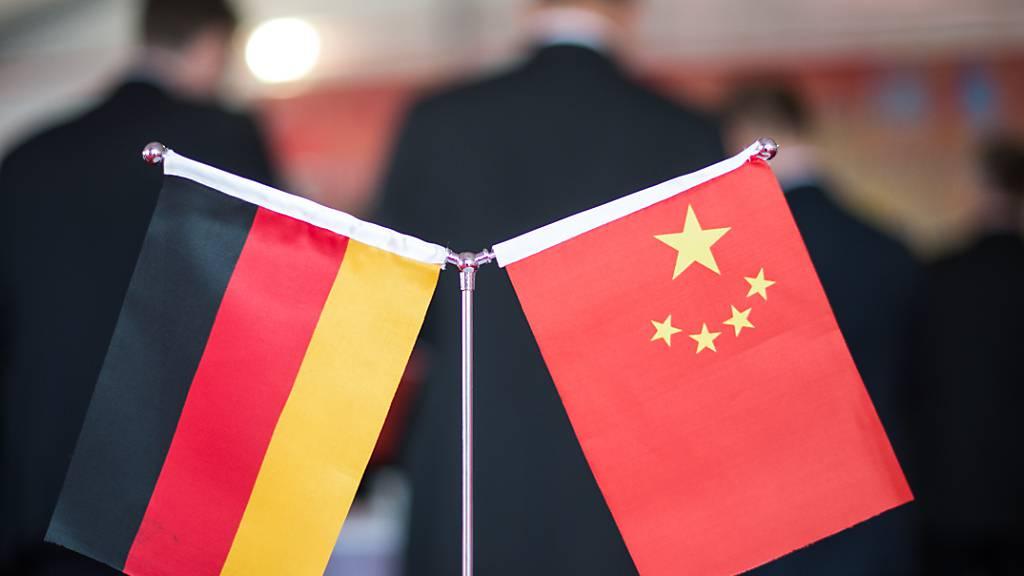 ARCHIV - Eine chinesische und eine deutsche Flagge stehen am bei einem Empfang in Hefei (China). Foto: picture alliance/Ole Spata/dpa