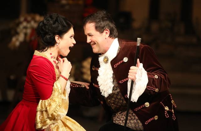 Kontesse Laura (Louisa Albrechtovà) verliebt sich in den als reichen Fürsten auftretenden Bettelstudenten Simon (Michael Kurz)