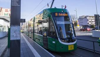 Ein Tram der Basler Verkehrsbetriebe BVB der Linie 8 ist am Dienstagabend in der deutschen Stadt Weil am Rhein in einen Unfall verwickelt gewesen - dabei kam eine Frau ums Leben. (Archivbild)