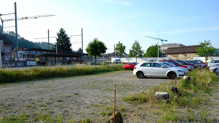 Auf dem Firmenparkplatz der KWC entstehen Park-&-Ride-Parkplätze für die WSB. Rahel Plüss