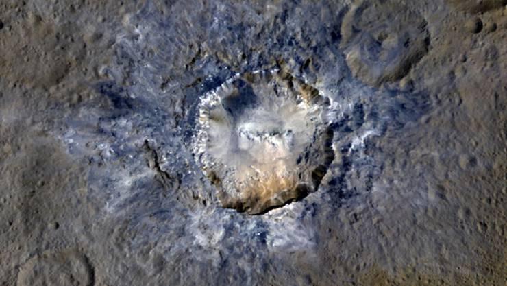 """34 Kilometer Durchmesser hat der Haulani-Krater. Die """"Dawn""""-Bilder zeigen zudem Erdrutsche am Kraterrand."""