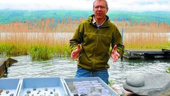 Am Seeufer: Albert Hafner erzählt von den Funden der aktuellen Notgrabung in Sutz. ( Fotos: Maddalena Tomazzoli Huber)