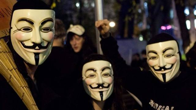 Anonymous-Aktivisten mit ihren typischen Masken (Archiv)