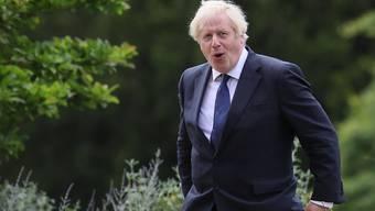 Boris Johnson, Premierminister von Großbritannien, spaziert durch die Gärten von Hillsborough Castle. Foto: Brian Lawless/PA Wire/dpa
