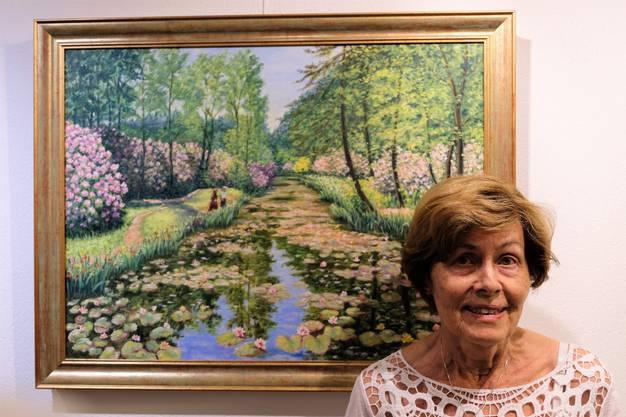Hana Widmer und ihr Gemälde, das das Seleger Moor zeigt