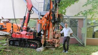 Bei der Spyk Bänder AG finden Bohrungen statt, um herauszufinden, ob man eine Grundwasserheizung installieren kann. Mit dieser will Co-Geschäftsleiter Rainer van Spyk Energiekosten sparen.