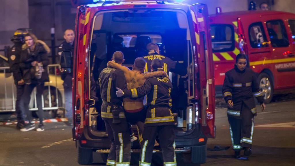Ein Verwundeter wird vor dem Stade de France in Paris abtransportiert.  EPA/IAN LANGSDON