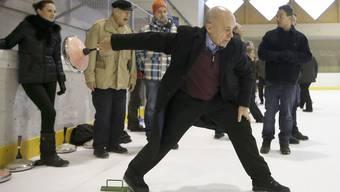 Ueli Maurer eröffnet den Gripen-Abstimmungskampf mit einem Eisstockschiessen