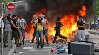 Propalästinensische Jugendliche randalieren in Sarcelles, stecken Abfallcontainer und Geschäfte in Brand.