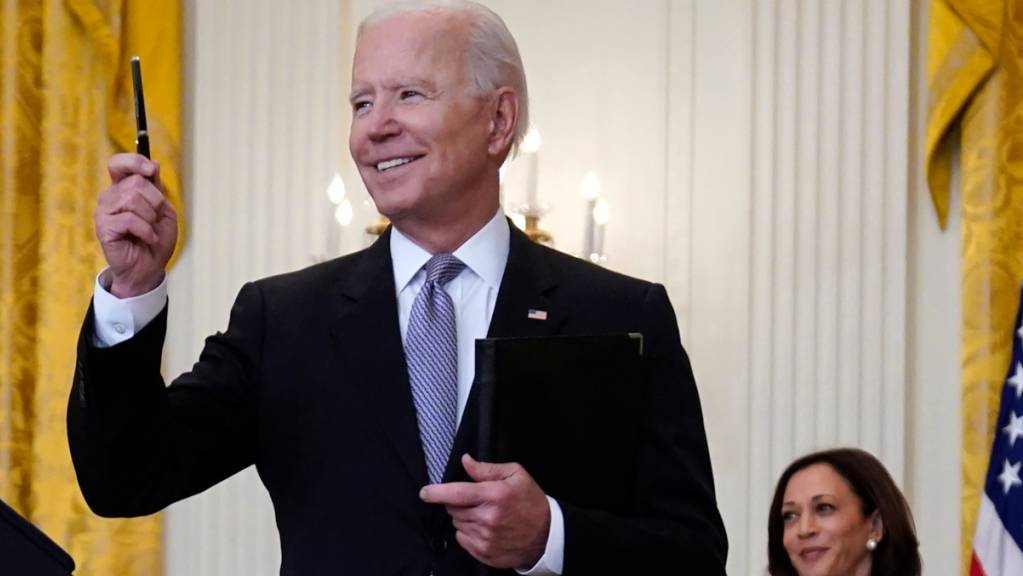 Kamala Harris (r), Vizepräsidentin der USA, sieht zu, wie Joe Biden, Präsident der USA, eine Frage eines Journalisten entgegennimmt. Foto: Evan Vucci/AP/dpa