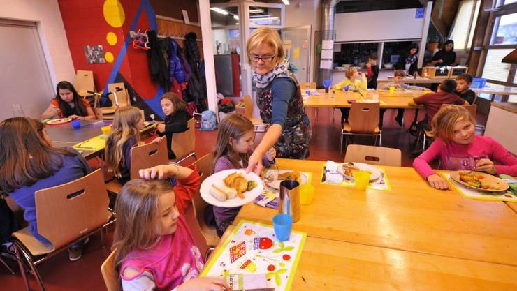 Beim Mittagstisch im Lindenhaus sorgt Regula Lüthi zusammen mit ihren Frauen für die Kinder, die hier zu Mittag essen