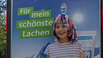 Eine der Lampefieber-Kursbesucherinnen vor ihrem Poster mit selbstgemachten Kopfschmuck (Bild Urs Dätwiler)1