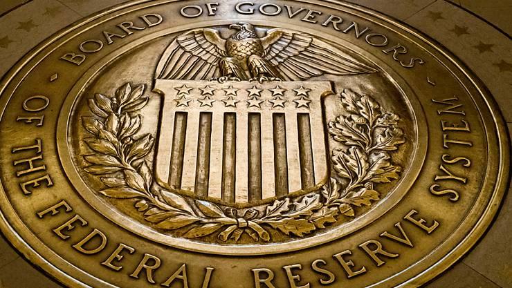 Die US-Notenbank Federal Reserve hat den Leitzins unverändert gelassen. Wie die Fed am Mittwoch in Washington nach einer Sitzung ihres für den Zins zuständigen Ausschusses mitteilte, bleibt die Rate auf dem Niveau zwischen 1,5 und 1,75 Prozent.