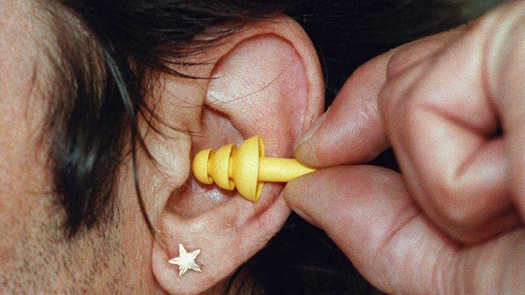 Das Hirn nimmt bei bekannten Melodien Töne voraus. Das erhöht allerdings die Empfänglichkeit für Tinnitus. Gehörschutz im Rockkonzert ist deshalb immer eine gute Idee. (Symbolbild)