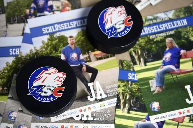 Werbematerial an einer Medienkonferenz des Komitee ''JA zur Eishockey- und Sportarena der ZSC Lions'' in Zuerich.