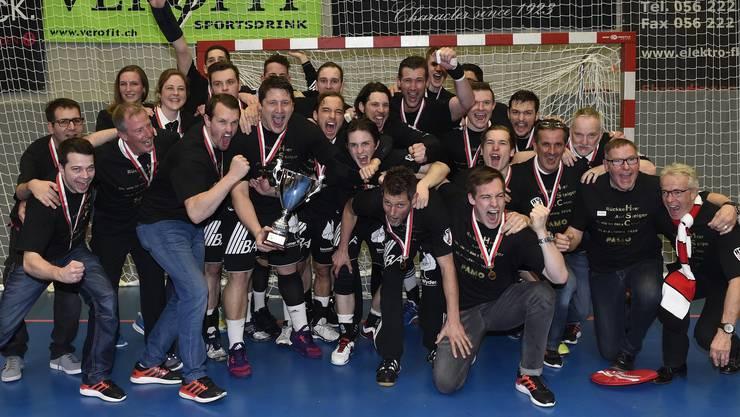 So jubelt Suhr Aarau mit dem NLB-Meister-Pokal nach dem Aufstiegsdrama gegen Endingen.