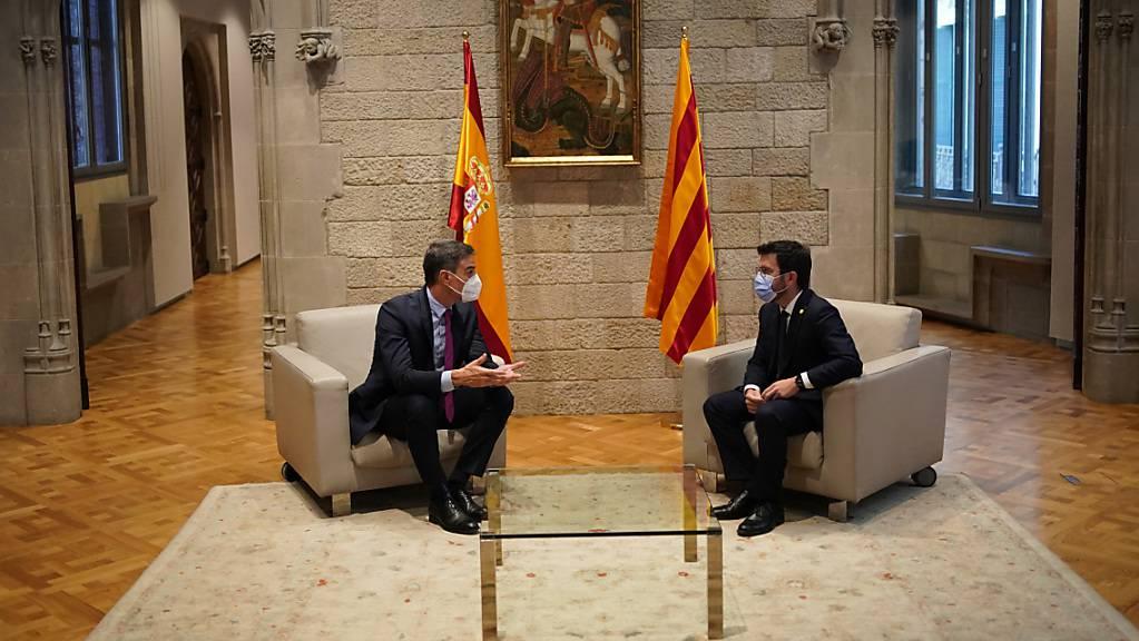 Pedro Sanchez (l), Ministerpräsident von Spanien, und Pere Aragones, Regierungschef von Katalonien, treffen sich im Palau de la Generalitat, Sitz der katalanischen Regierung. Nach eineinhalbjähriger Unterbrechung wurden die Gespräche zwischen Spanien und Katalonien offiziell wieder aufgenommen. Foto: Joan Mateu Parra/AP/dpa