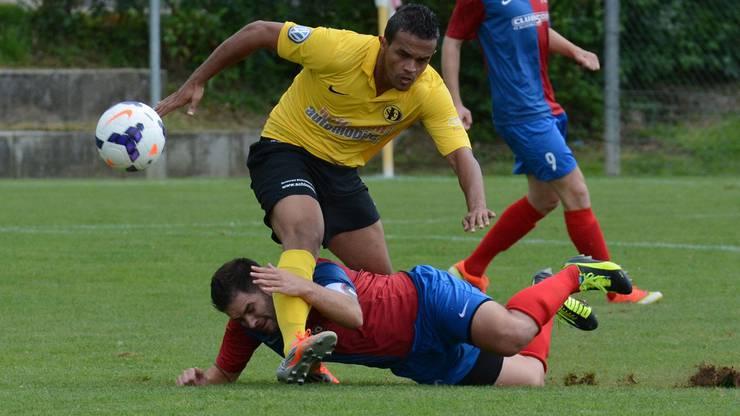 Gleison da Silva vom FC Dornach (gelb) im harten Zweikampf mit Allschwils Captain Fidel Tato.