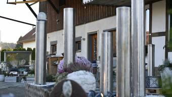 Auf dem Vorplatz des Hauses an der Bibernstrasse in Arch stehen die architektonischen Skulpturen, an der Fassade sind die Kameras zur Überwachung zu sehen.