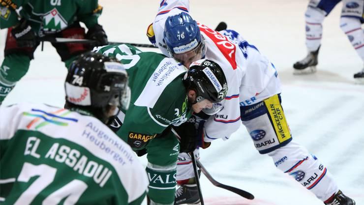 Der EHCO-Spieler Remo Schlappach beim Bully mit Fredrik Sitje.