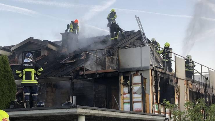 Der Brand im Doppeleinfamilienhaus wurdekurz vor 5 Uhr morgens der Feuerwehr-Alarmzentrale 118 gemeldet.
