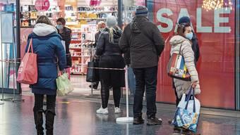 Vor dem Coop City in Baden stehen die Kunden am Nachmittag an.
