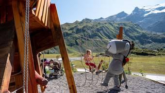 Idylle auf auf dem Trübsee in Engelberg: Ein Kind vergnügt sich auf dem Spielplatz.