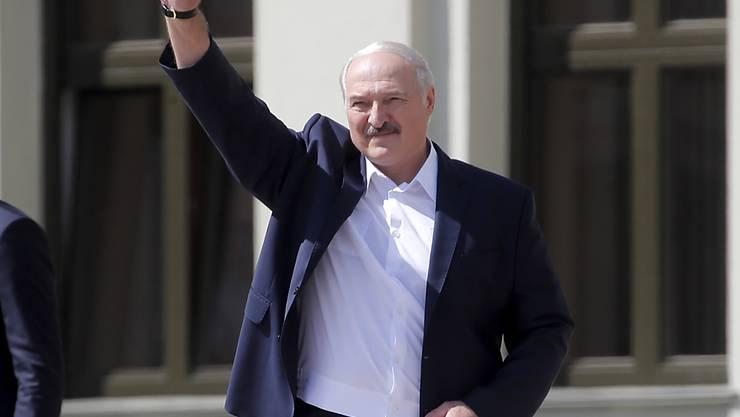 Alexander Lukaschenko, Präsident von Belarus (Weißrussland) grüßt seine Anhänger bei einer Kundgebung auf dem Unabhängigkeitsplatz. Foto: Dmitri Lovetsky/AP/dpa