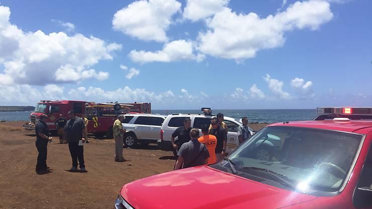 Feuerwehrleute und Rettungskräfte versammeln sich beim Absturzort des Kleinflugzeugs auf Hawaii.