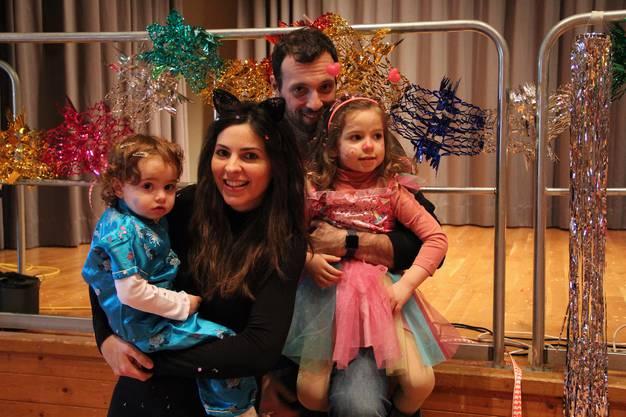 Die Familie Antoniadou aus Oetwil ist vom Fasnachtsfieber angesteckt. Die beiden Kinder bewerfen sich fleissig mit Konfetti.
