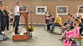 Stadtrat Daniel Siegenthaler eröffnete die Ausstellung «Aarau im Bild», die frei zugänglich ist, wenn die Markthalle geöffnet ist.