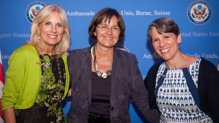 Die neue First Lady Jill Biden (v. l.), Ursula Renold aus Brugg und die ehemalige US-Botschafterin für die Schweiz und Liechtenstein, Suzi G. LeVine, beim Empfang für Jill Biden in der Schweiz, organisiert von der US-Botschaft in Bern. (Bild: 15. September 2014)