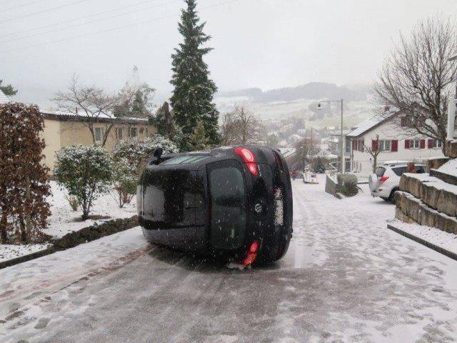 In Basel baute ein 40-Jähriger einen Selbstunfall, bei dem das Auto auf die Seite kippte. (© Kantonspolizei Baselland)