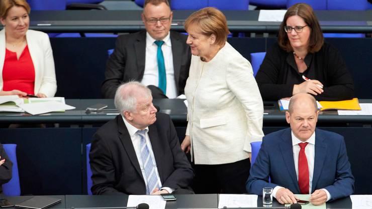 Angela Merkel und Horst Seehofer (links unten).
