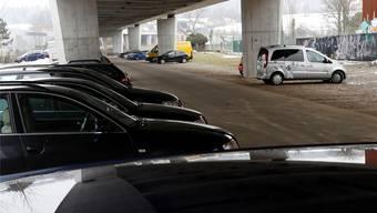 Keine Option: der Noch-Parkplatz unter der Umfahrungsbrücke. Bar