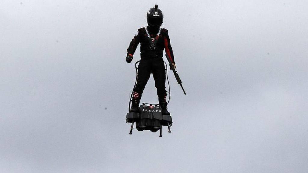 Der französische Jetski-Rennfahrer Franky Zapata flog mit seinem Flyboard Air über die Champs Elysées.