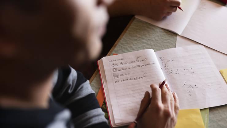 Flüchtlinge und vorläufig Aufgenommene sollen vermehrt die Schulbank drücken, um fit für den Arbeitsmarkt zu werden. (Symbolbild)