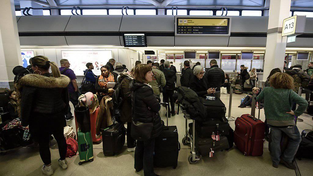 Passagiere warten im Februar am Berliner Flughäfen Tegel. Grund ist ein Warnstreik des Bodenpersonals. Am Wochenende soll nun erneut gestreikt werden.