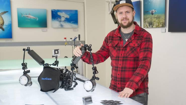 Der Tierfotograf Raphael Studer mit seiner Unterwasser-Ausrüstung.