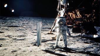 Keine Schweizer Fahne mit weissem Kreuz auf rotem Grund, aber ein Schweizer Sonnensegel: Der Apollo-11-Astronaut Edwin 'Buzz' Aldrin steht am 20. Juli 1969 auf dem Mond neben einem Experimentenaufbau zur Erforschung des Sonnenwinds der Universität Bern. (Archiv)