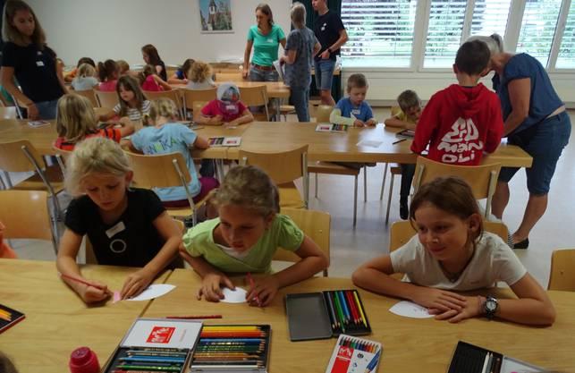 Die Kinder gestalten ihr Buchzeichen