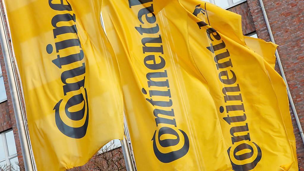 Der deutsche Autozulieferer Continental will nach einem Umsatzeinbruch auf die Kostenbremse treten. (Archivbild)